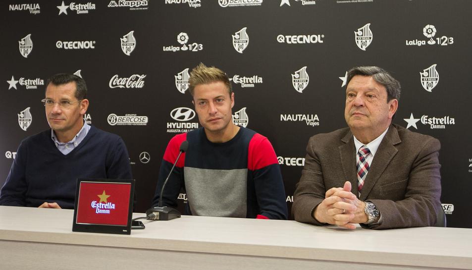 Olmo acompanyat pel director esportiu Parés i el president Llastarri, que han avisat de propers anuncis de més renovacions.