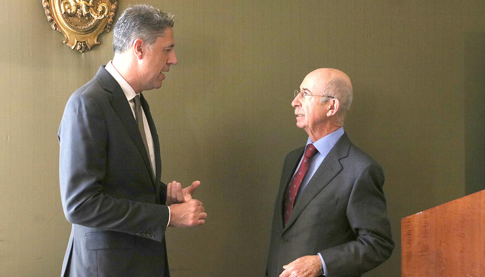 El president del PPC i candidat el 21-D, Xavier García Albiol, conversa amb el president del Círculo Ecuestre, Alfonso Maristany.