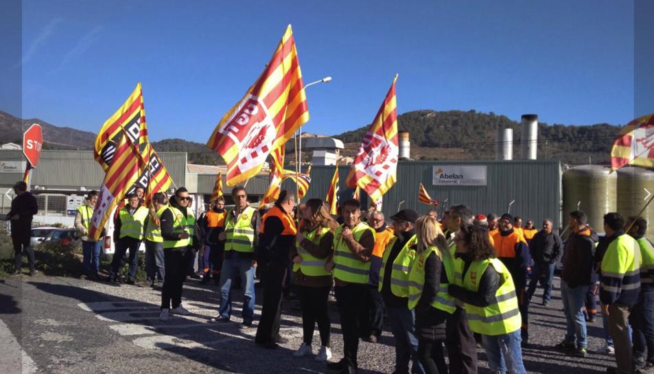 La concentració dels treballadors d'Abelan a Alcover per conservar els seus llocs de feina talla la C-14.