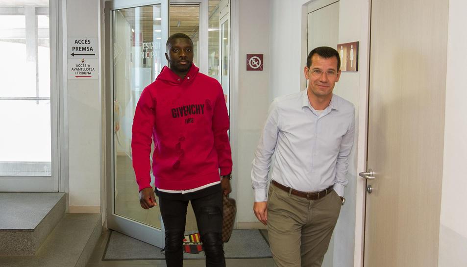 Karim Yoda i Sergi Parés, dirigint-se a la sala de premsa del club el dia de la presentació de l'extrem francès com a roig-i-negre.