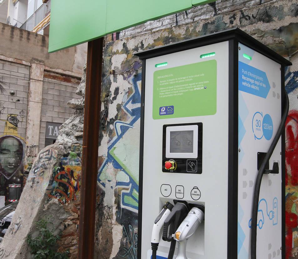 Punt de càrrega de cotxes elèctrics a Reus, ciutat on també es podran comprar les etiquetes.