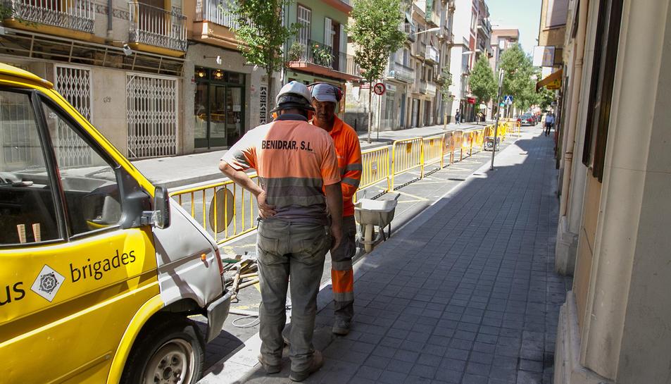 Imatge d'arxiu de treballs a la vorera del carrer Ample.
