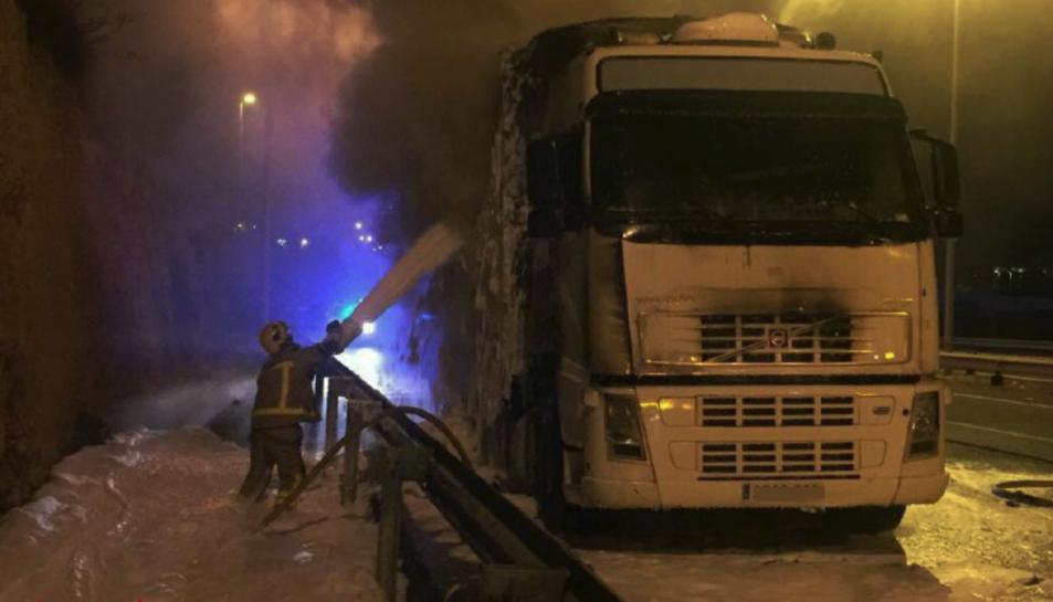Quatre dotacions de Bombers van treballar per extingir l'incendi del vehicle.