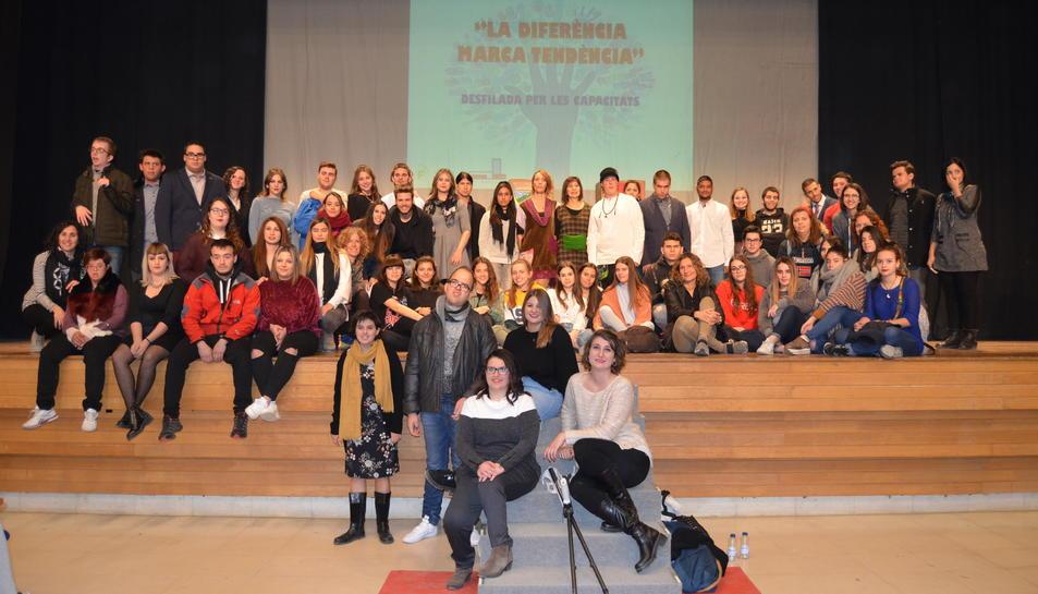 Els nois i noies de la Fundació Ginac i els estudiants de l'Ies Narcís Oller de Valls.