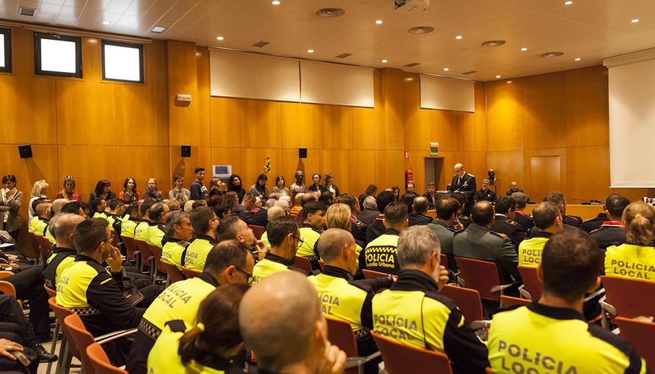 Pla general del saló de plens de l'Ajuntament de Cambrils durant la celebració de la festa patronal de la Policial Local.