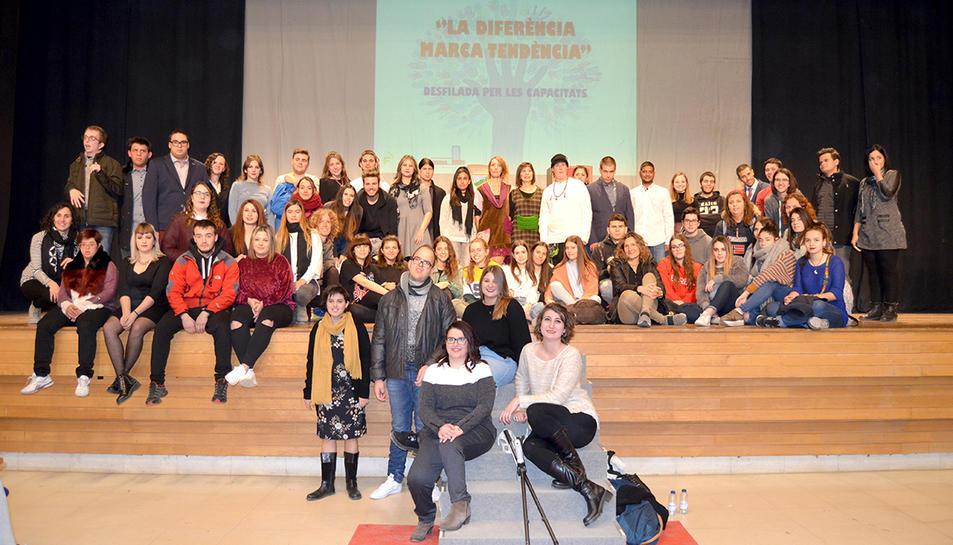 Els participants a la desfilada que s'ha realitzat al Centre Cultural de Valls
