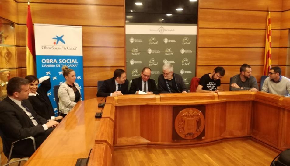 Imatge de l'acte durant la signatura del conveni.
