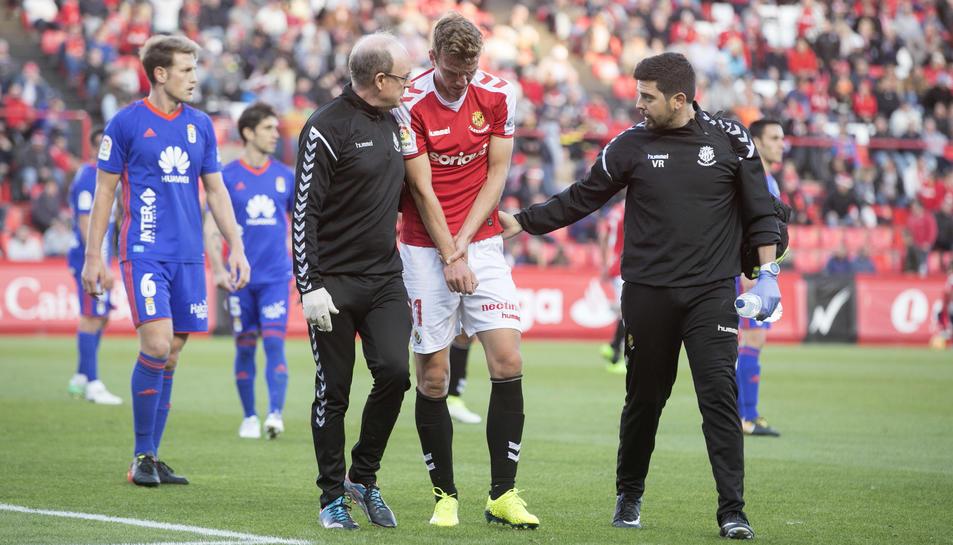 Manu Barreiro es atès pels serveis mèdics del Nàstic durant el partit contra l'Oviedo a casa.