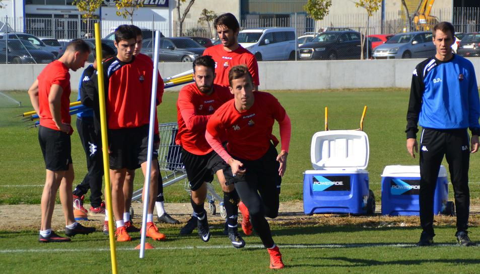 Juan Cámara agafa carrera en un entrenament recent del CF Reus Deportiu als camps annexos a l'Estadi Municipal.