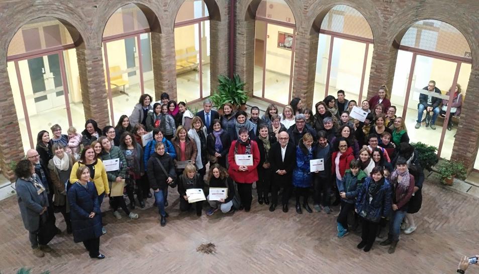 Imatge del grup dels premiats al pati de l'IMET.