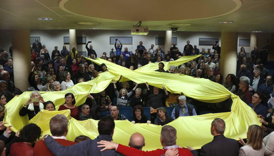 Durant l'acte, els assistents van desplegar un llaç groc reivindicatiu de grans dimensions.