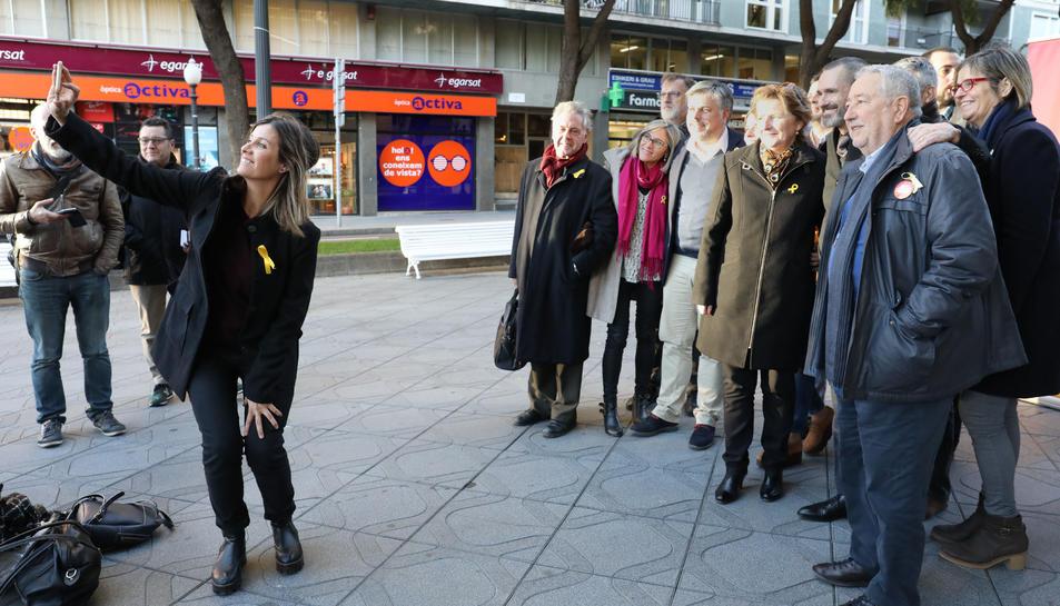 Una de les candidates fa una selfie amb la resta de membres de Junts per Catalunya.
