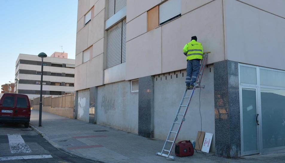 Imatge d'un dels operaris treballant ahir al matí al carrer de l'Ebre de Torreforta.