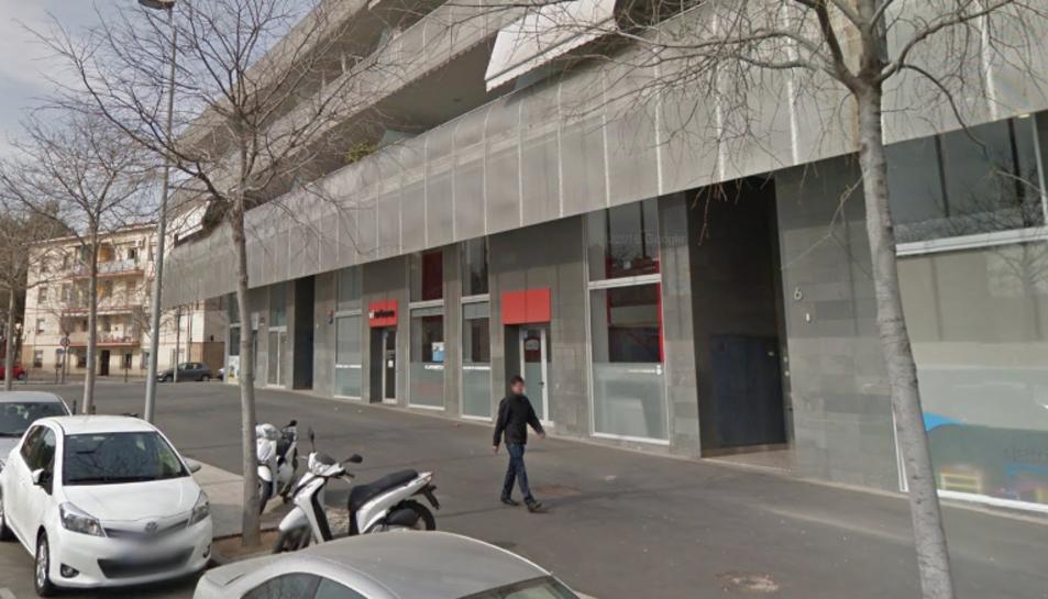 Imatge del número 6 del carrer Santiago Rossinyol i Prats, on està situat el pàrquing subterrani.