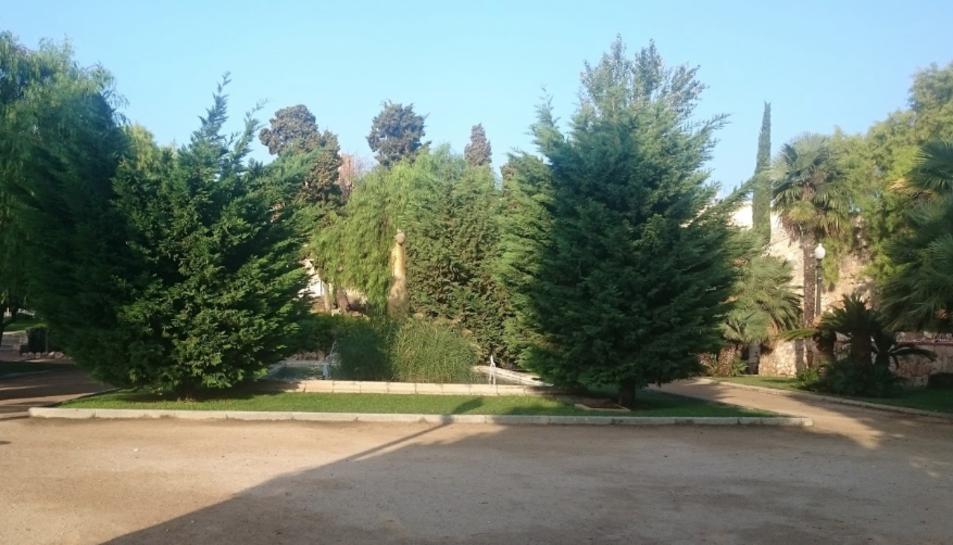 Imatge dels Jardins de la Reconciliació de Tarragona, on els agents van enxampar al lladre removent la seva motxilla.