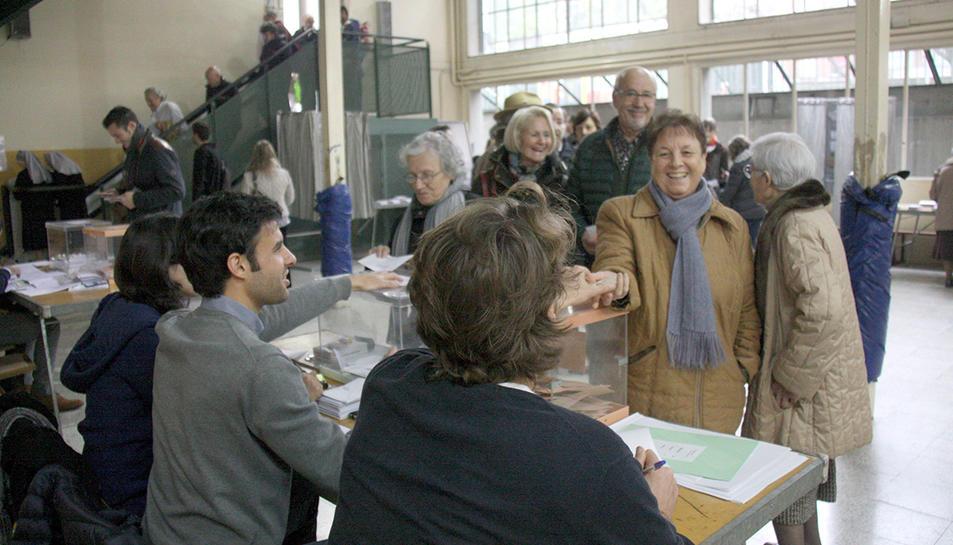 Imatge d'arxiu d'una mesa electoral durant unes eleccions.