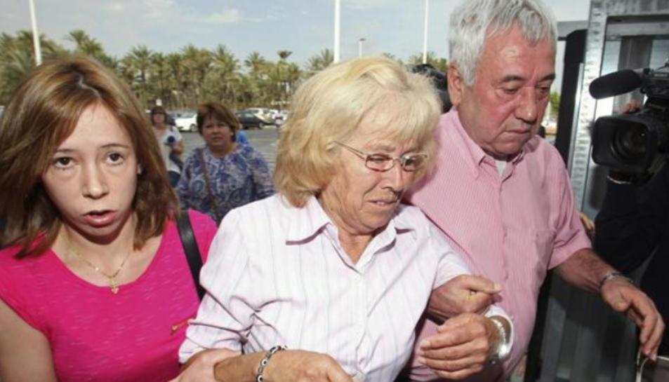 María del Carmen García entrant als jutjats amb la seva família.