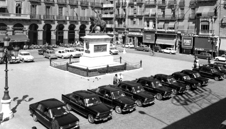 Una imatge de la parada de taxis a la plaça Prim i que apareix a l'exposició.
