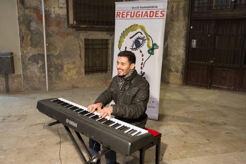 Actuació del pianista de Yarmouk a la Plaça de Sant Pere de Reus.