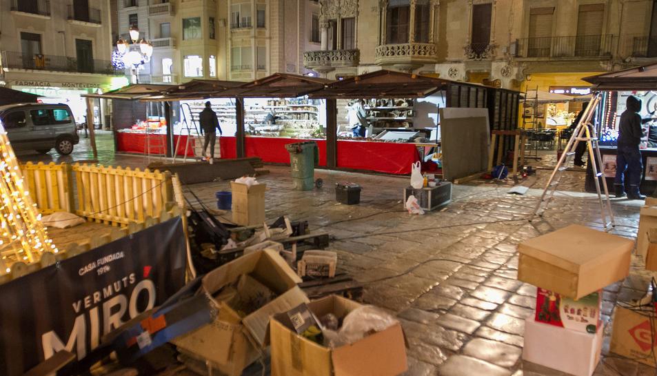 Les casetes de Nadal enllestint el seu muntatge a la plaça del Mercadal de Reus.