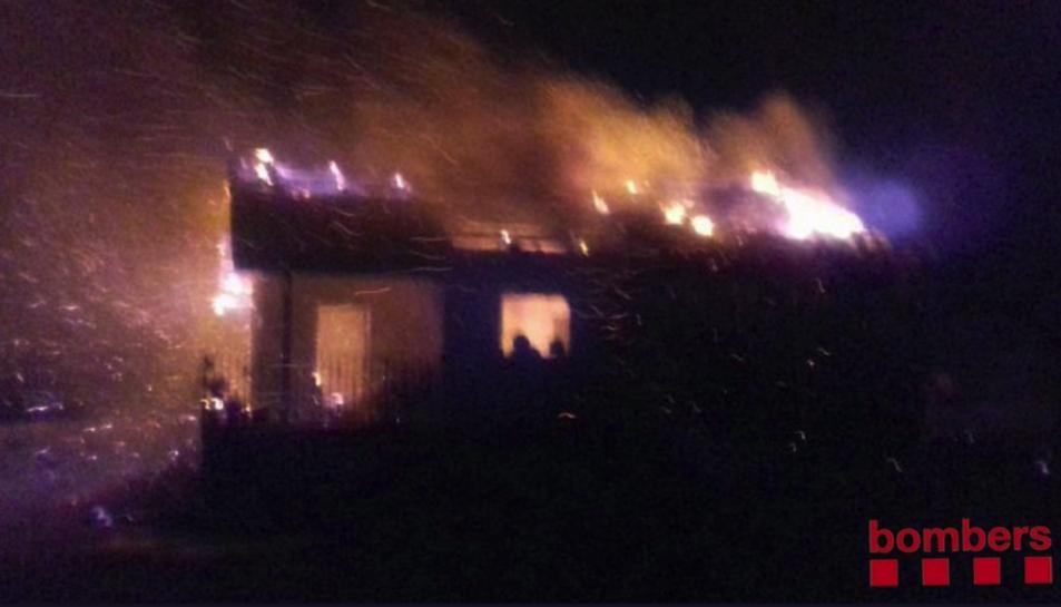 La casa va cremar totalment i el sostre, fet de fusta, va col·lapsar.