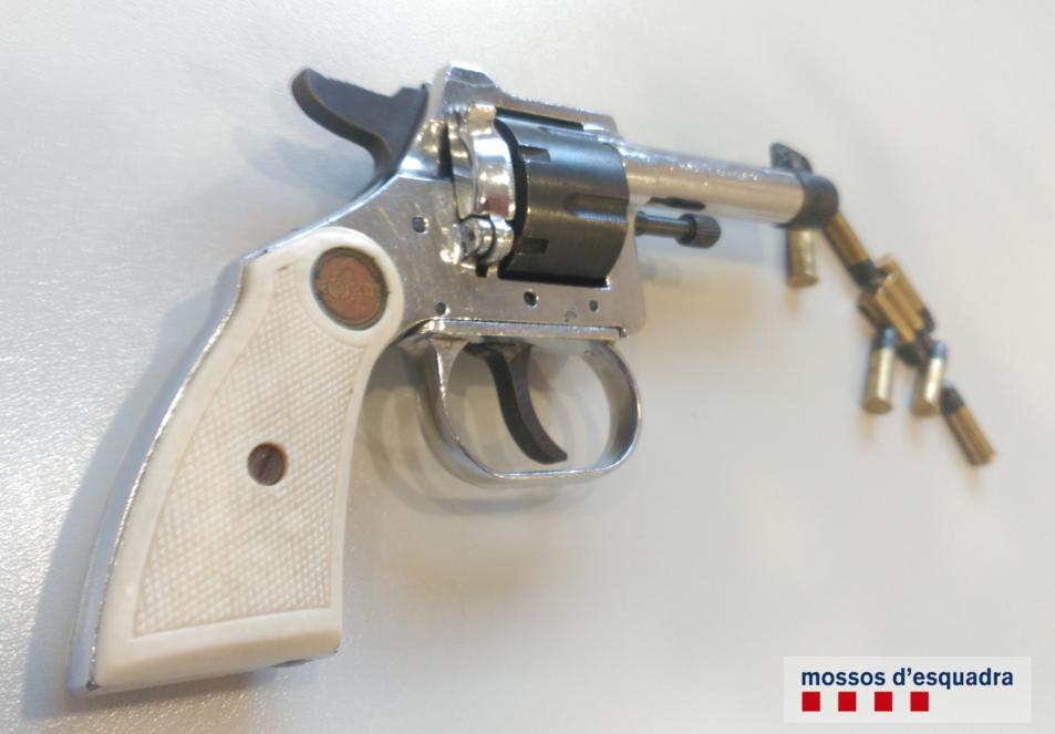 Imatge del revòlver localitzat al traster.