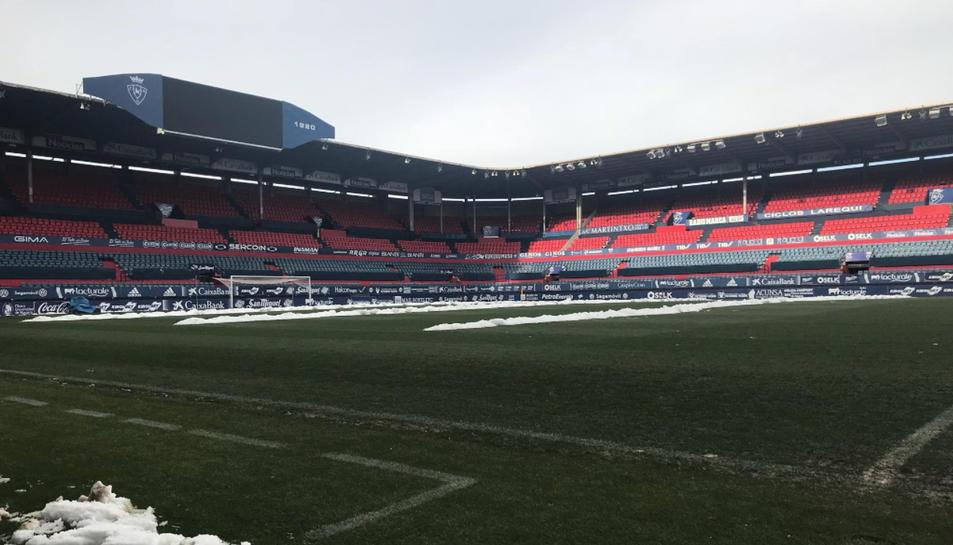 Imatge del camp de l'Osasuna on e spot veure la neu retirada pels operaris del club.