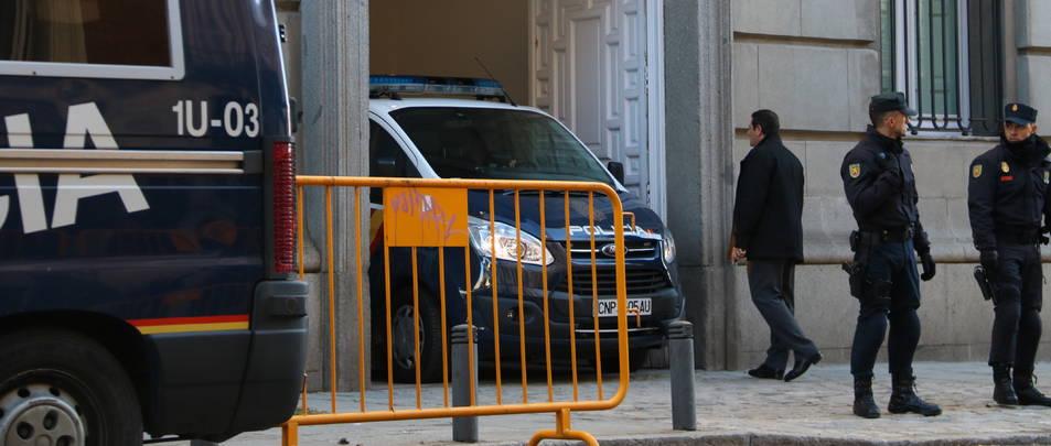 Un furgó policial traslladant al Suprem dos dels consellers empresonats, Jordi Sànchez o Jordi Cuixart, aquest 1 de desembre.