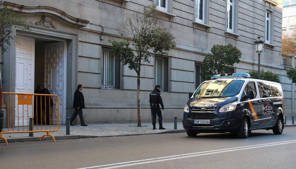 Un furgó de la policia espanyola traslladant al Suprem dos dels consellers empresonats, Jordi Sànchez o Jordi Cuixart, aquest 1 de desembre.