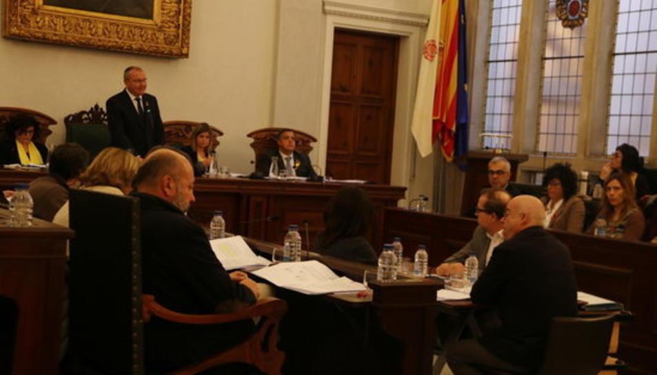 Pla obert del ple de Reus l'1 de desembre de 2017, amb l'alcalde, Carles Pellicer, dempeus.