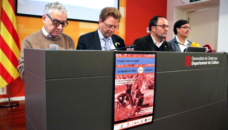 Pla general de la presentació del congrés de la Batalla de l'Ebre amb el cartell en primer pla.