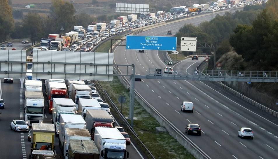 13 camions i una furgoneta punxen la roda a l'AP-7 a Montmeló en sentit sud