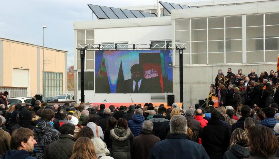 La Plaça 1 d'octubre de Sant Julià de Ramis durant la intervenció de Puigdemont per videoconferència.