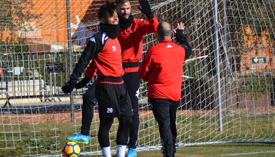 El CF Reus Genuine entrena con el primer equipo.