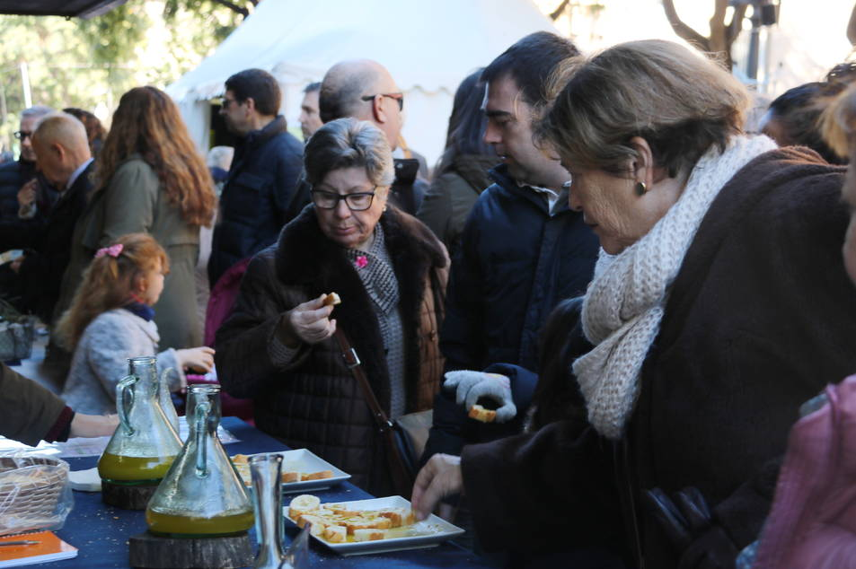 Pla tancat de diverses dones tastant oli en una parada de la Fira de l'Oli DOP Siurana a Tarragona. Imatge del 3 de desembre de 2017