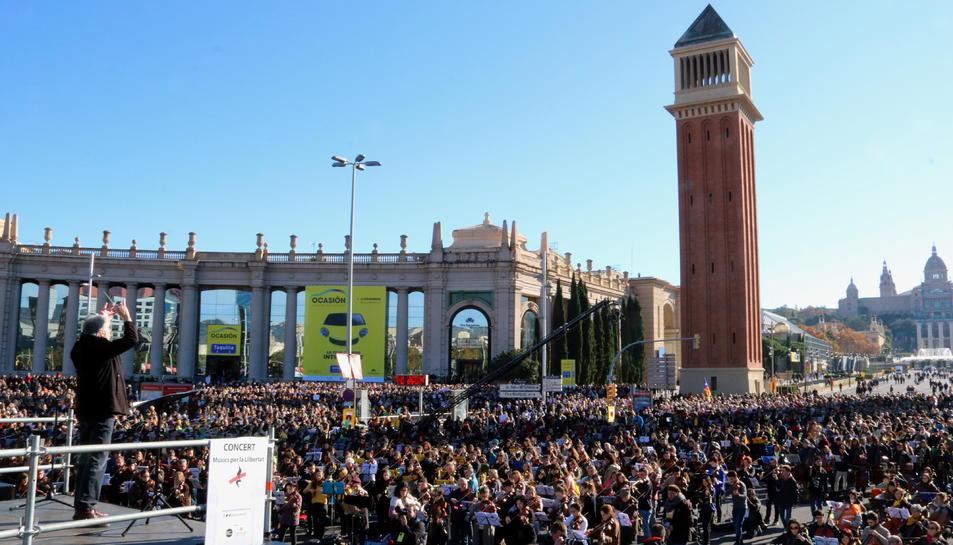 Tret de sortida del multitudinari concert a la plaça d'Espanya de Barcelona, amb 10.000 músics i cantaires