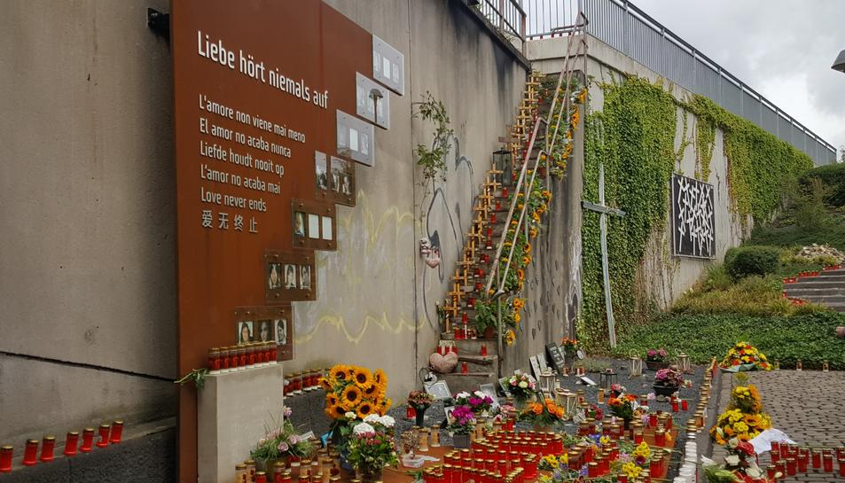 Centenars de ciutadans van fer un homenatge a les víctimes al lloc on va succeir la tragèdia.