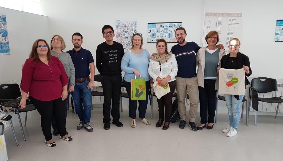 Un grup de voluntaris i aprenents del Servei Local de Català de Salou.
