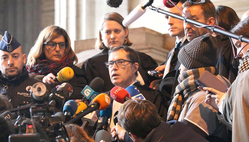 L'advocat de la defensa Jaume-Alonso Cuevillas durant la compareixença després de la vista de Carles Puigdemont i els quatre consellers cessats a Brussel·les.