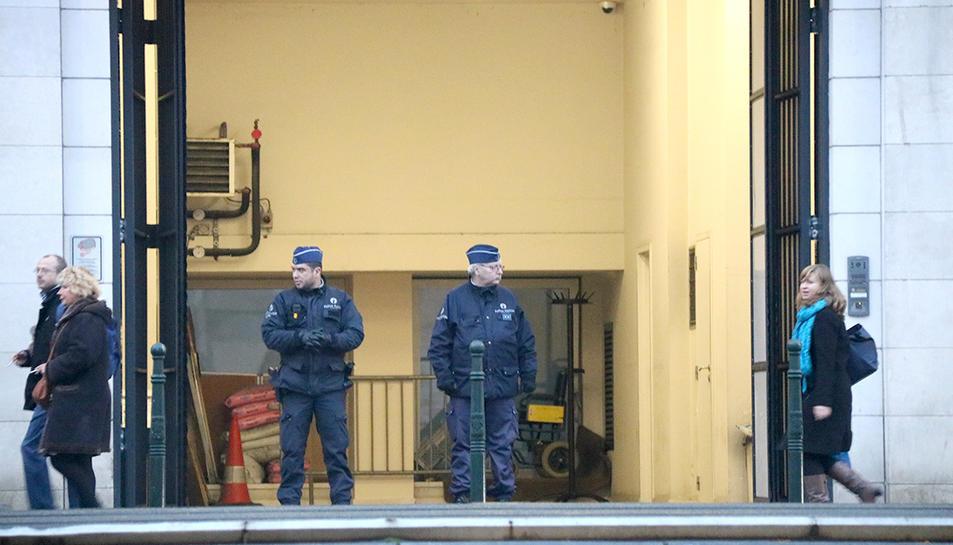 La policia davant l'edifici de la justícia belga on declaren Puigdemont i els quatre consellers cessats.