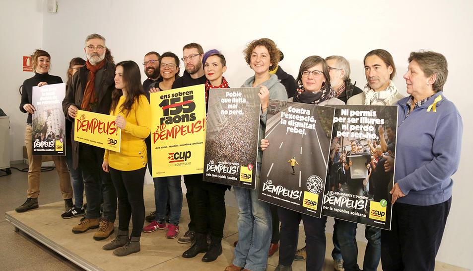 Membres de la candidatura de la CUP, amb els cartells electorals pel 21-D, durant la presentació de la campanya.