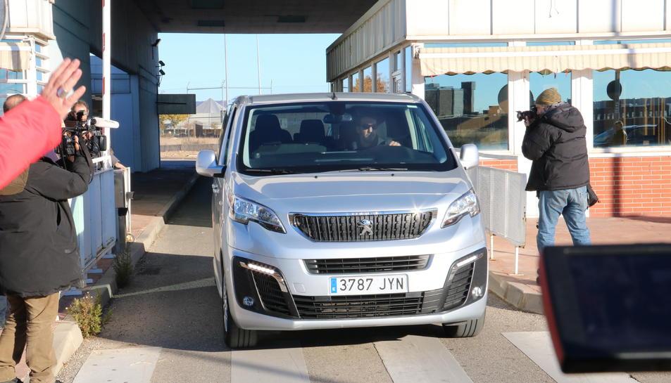 Imatge de la furgoneta sortint de la presó d'Alcalá-Meco amb les conselleres destituïdes Dolors Bassa i Mertixell Borràs.