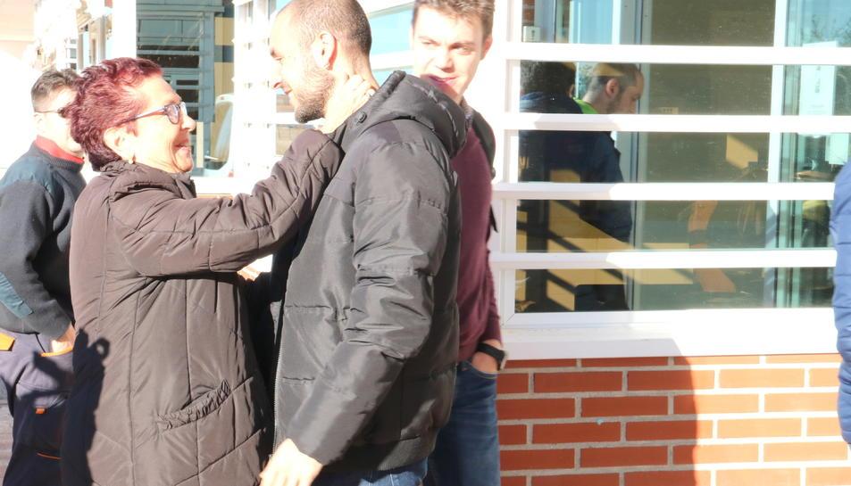 La mare de Meritxell Borràs saluda un dels fills de Dolors Bassa, a la seva arribada a la presó d'Alcalá-Meco, poc abans de la sortida de les dues conselleres destituïdes.