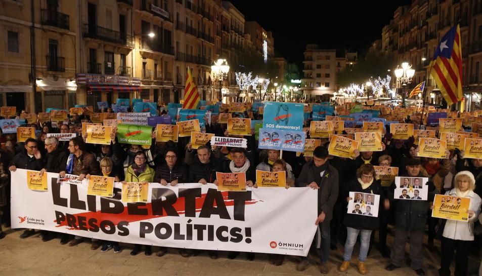 Pla obert dels assistents a la concentració per demanar la llibertat de Junqueras, Forn, Sànchez i Cuixart a la plaça de la Font de Tarragona.