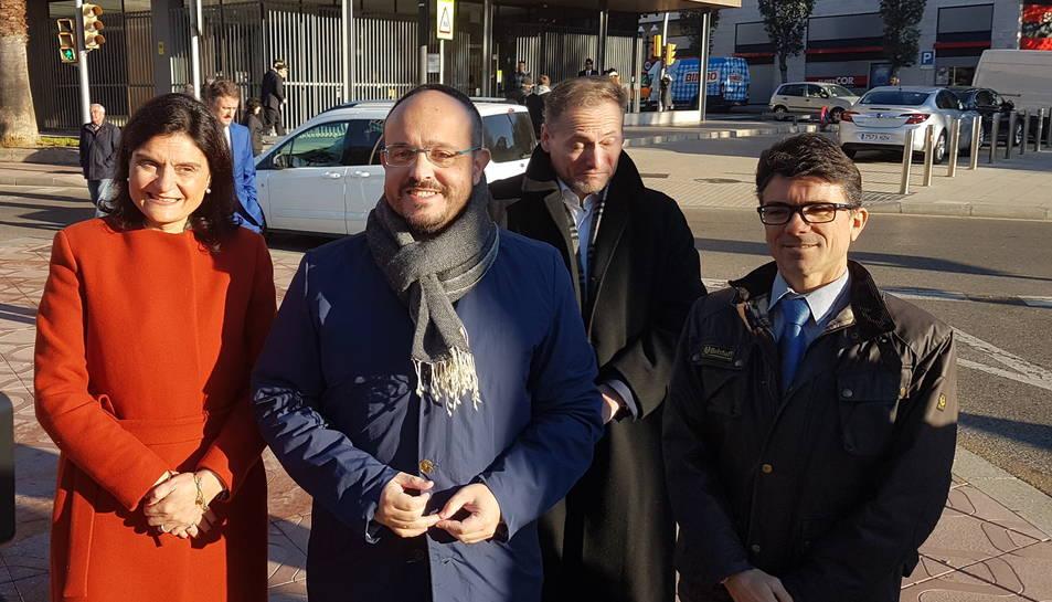 El cap de llista del PP per Tarragona, Alejandro Fernández, davant de la Subdelegació del Govern de Tarragona.
