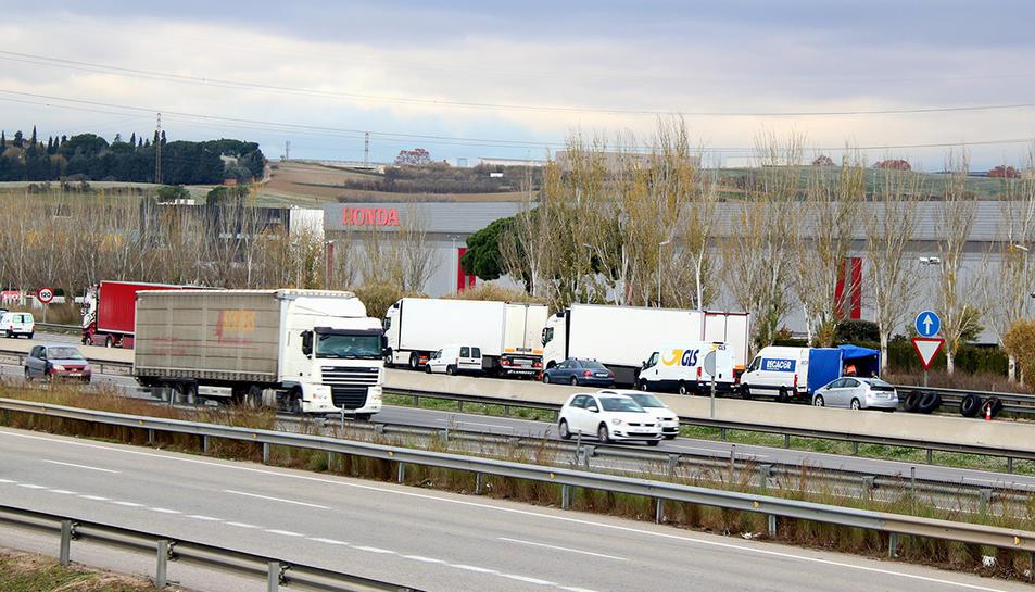 Imatge del passat divendres, 1 de desembre, amb camions aturats a l'AP-7 amb les rodes puntxades.