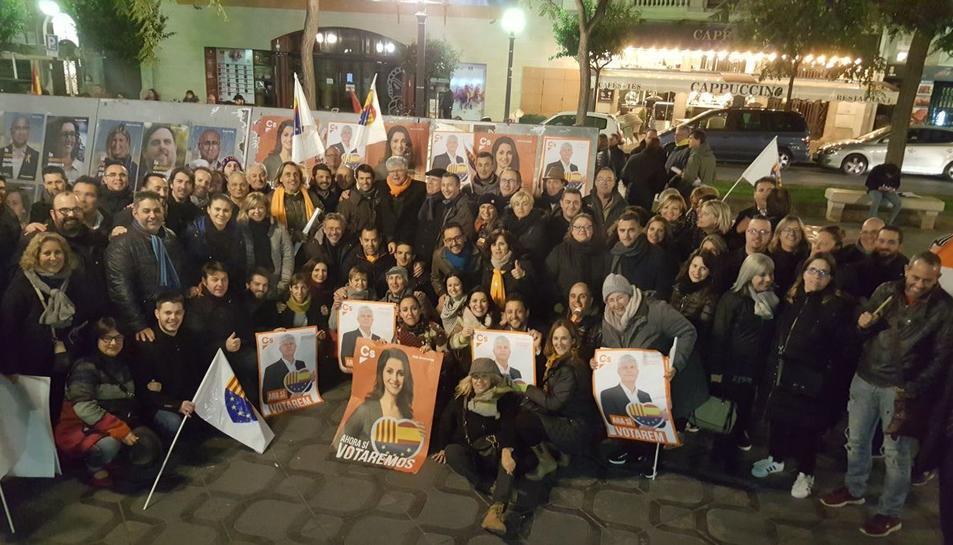 Afiliats i simpatitzants de Cs aquest dilluns a la rambla Nova de Tarragona.