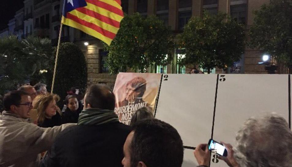 Enganxada de cartells a la plaça Prim de Reus.