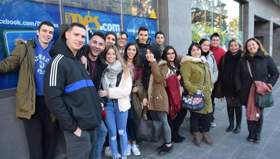 El grup d'alumnes, a l'exterior de la redacció de Diari Més
