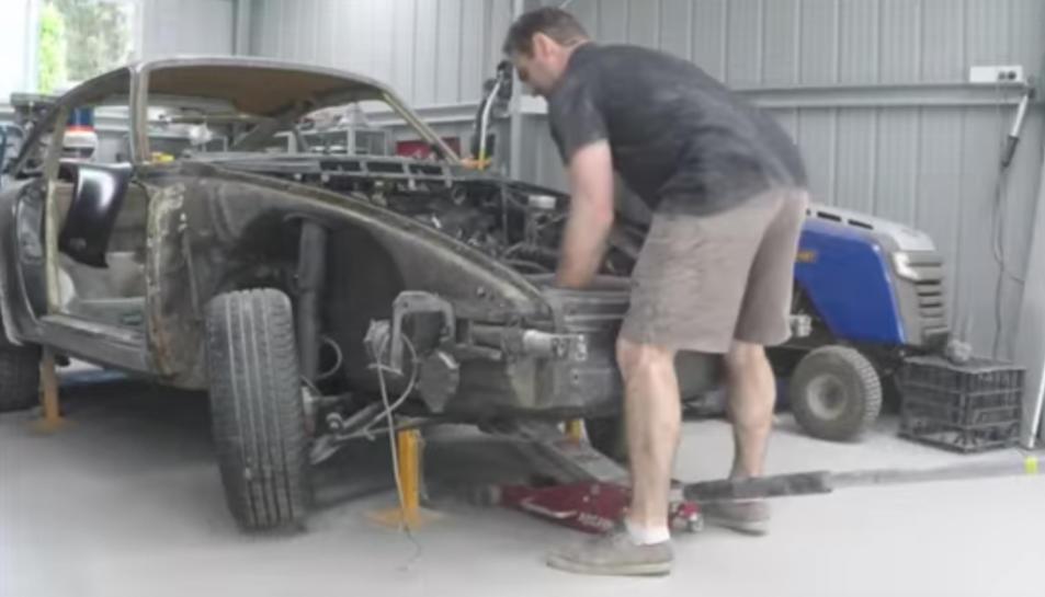 Jeff al seu taller reconstruint el vell Porsche.